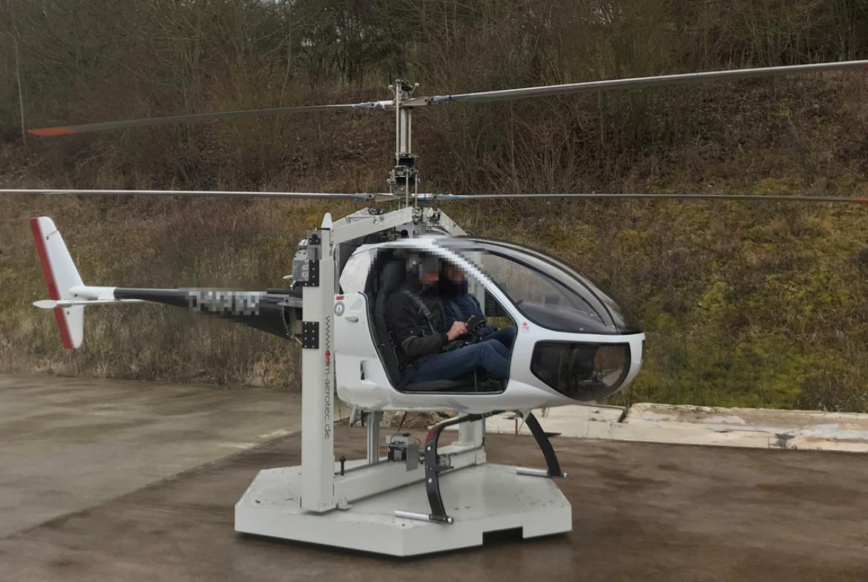 Der Hubschrauber CoAX2D mit  Stabilisierungssystem wird zu Testzwecken zunächst in diesem Stahlgestell geflogen.