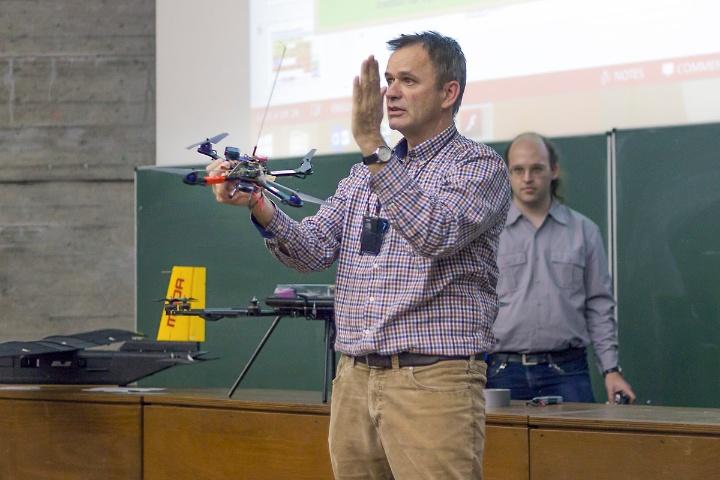 Prof. Fichter mit einem Quadrokopter (c)